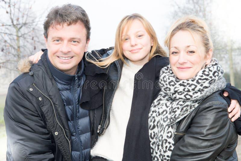 família do inverno com a mãe bonito da filha loura bonita e o pai considerável fotografia de stock royalty free