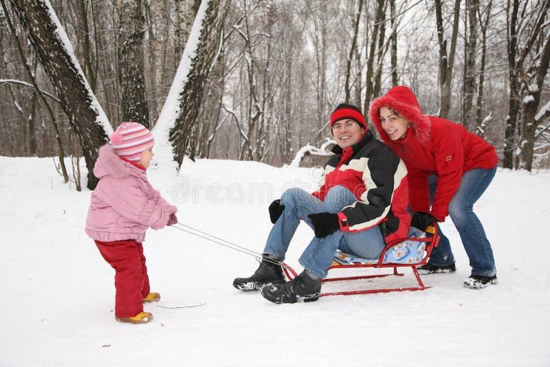 Família do inverno no trenó fotos de stock