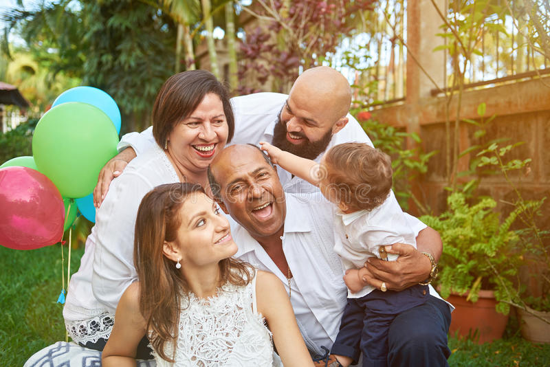 A família do Latino tem o divertimento no jardim fotografia de stock royalty free