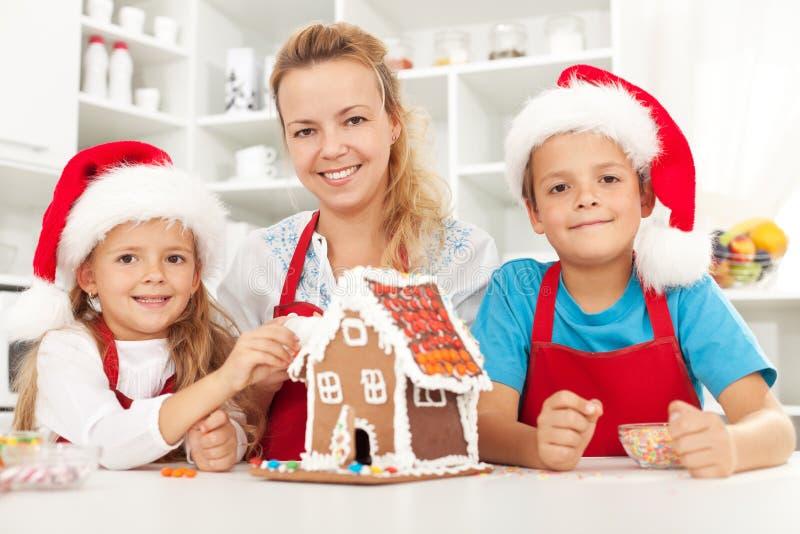 Família do Natal feliz na cozinha imagens de stock