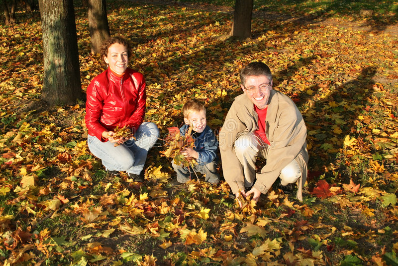 A família do outono senta-se imagens de stock
