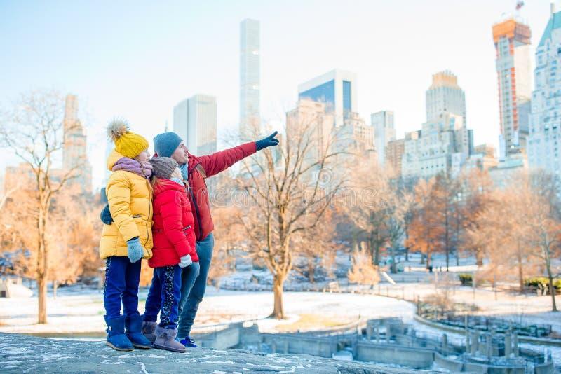 Família do pai e das crianças no Central Park durante suas férias em New York City imagem de stock royalty free