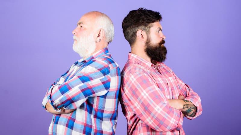 Família do pai e do filho Conflito geracional sal?o de beleza do barbeiro e do cabeleireiro cuidado masculino da barba Forma quad fotografia de stock royalty free