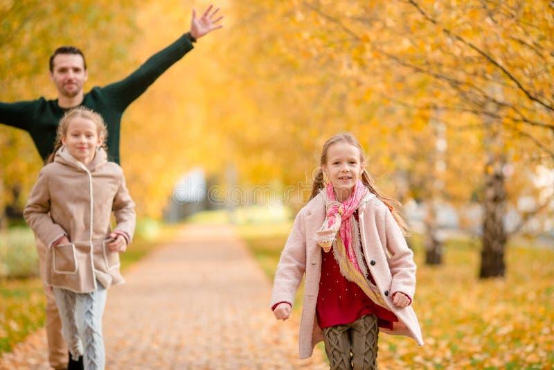 Família do paizinho e das crianças no dia bonito do outono no parque imagens de stock royalty free
