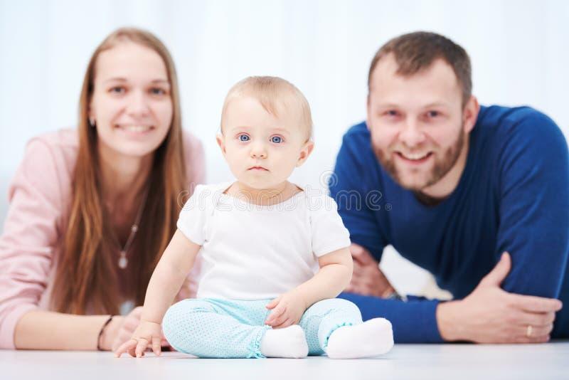 Família do Parenting Mãe e pai que jogam com o bebê recém-nascido pequeno foto de stock royalty free
