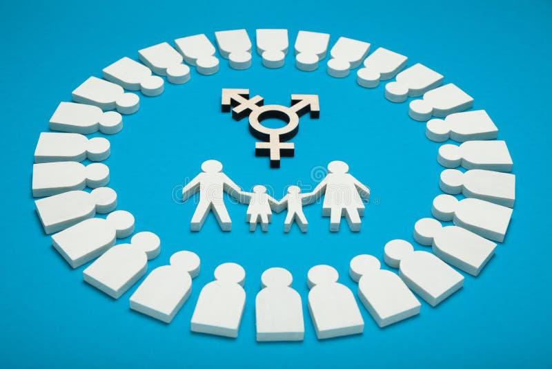 Família do Transgender, pais alegres alternativos Criança adotada com pares homossexuais fotografia de stock royalty free