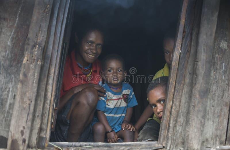 Família do tribo de Dani em sua porta imagem de stock royalty free