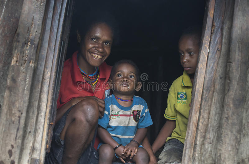 Família do tribo de Dani em sua porta fotografia de stock royalty free