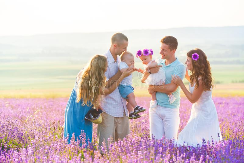 Família dois amigável em um campo da alfazema imagens de stock royalty free