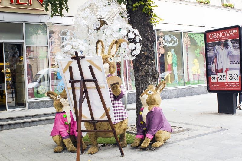 A família dos coelhos brinca perto da loja Roshen em Lviv, Ucrânia imagem de stock