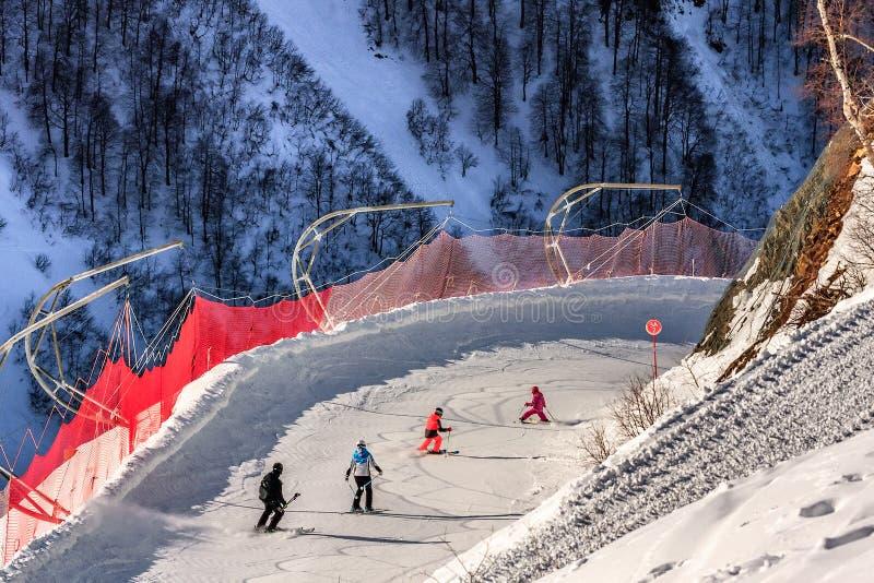 A família dos esquiadores monta abaixo da trilha nevado do esqui em inclinações do esqui da estância de esqui da montanha de Gork foto de stock royalty free