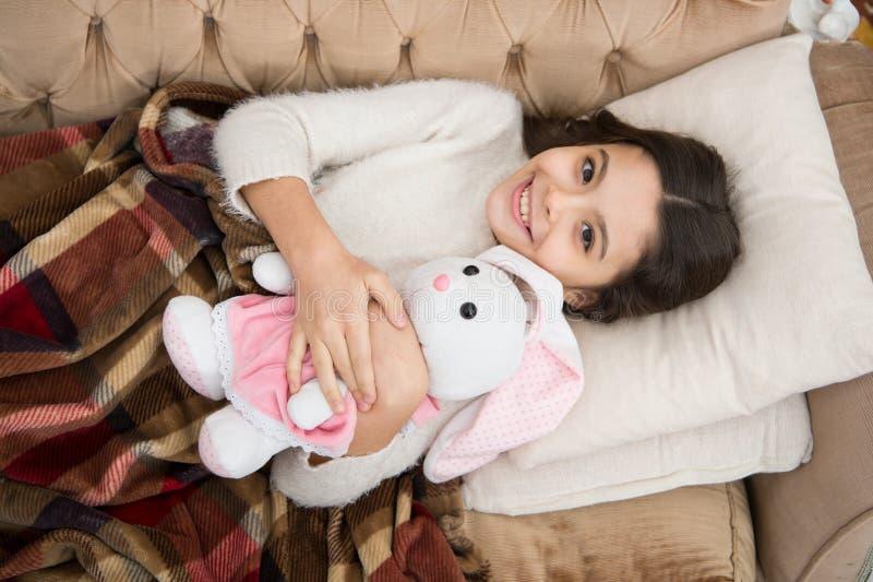Família e amor O dia das crianças criança pequena da menina Sonhos doces Bom dia Puericultura sono feliz da menina na cama imagens de stock
