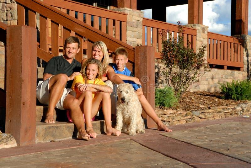 Família e animal de estimação felizes imagens de stock