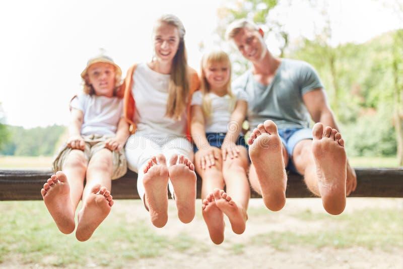 A família e as crianças estão sentando-se com os pés descalços fotos de stock royalty free