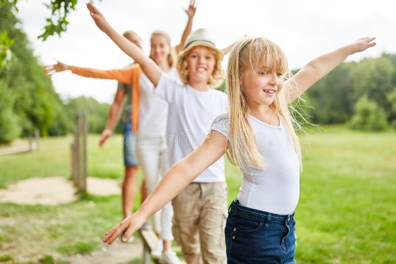 A família e as crianças exercitam junto foto de stock