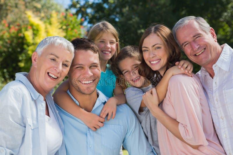 Família e avós de sorriso no abraço do campo imagens de stock royalty free