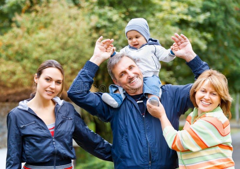 Família e avós de sorriso no campo imagens de stock royalty free