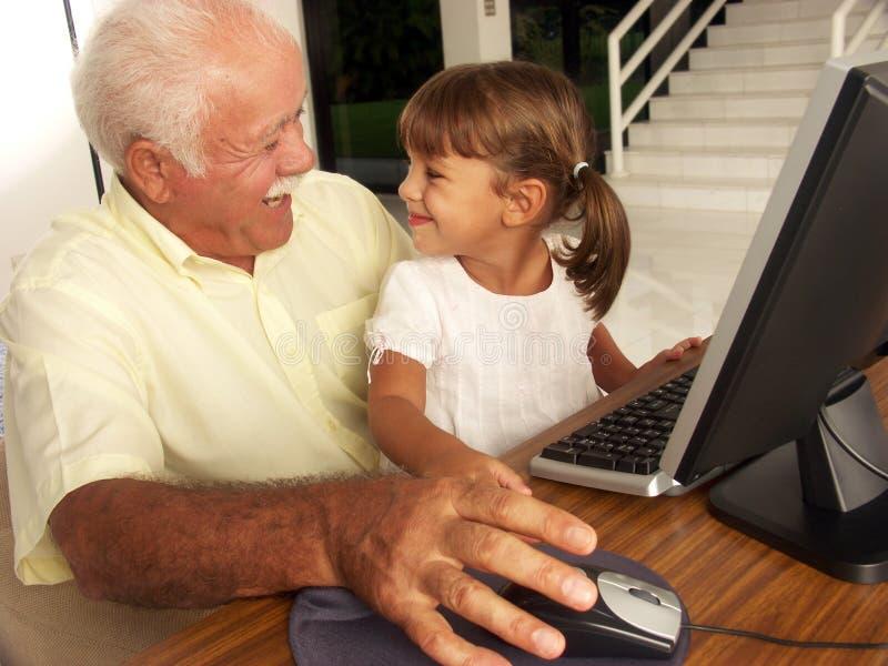 Família e computadores. imagens de stock