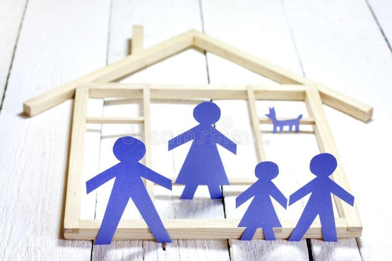 Família e conceito home, silhuetas de papel imagens de stock
