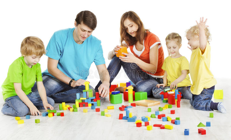 Família e crianças que jogam blocos de apartamentos, brinquedos das crianças dos pais fotografia de stock