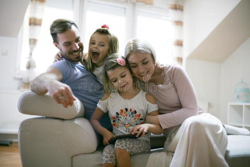Família e iPod Família nova em casa imagens de stock