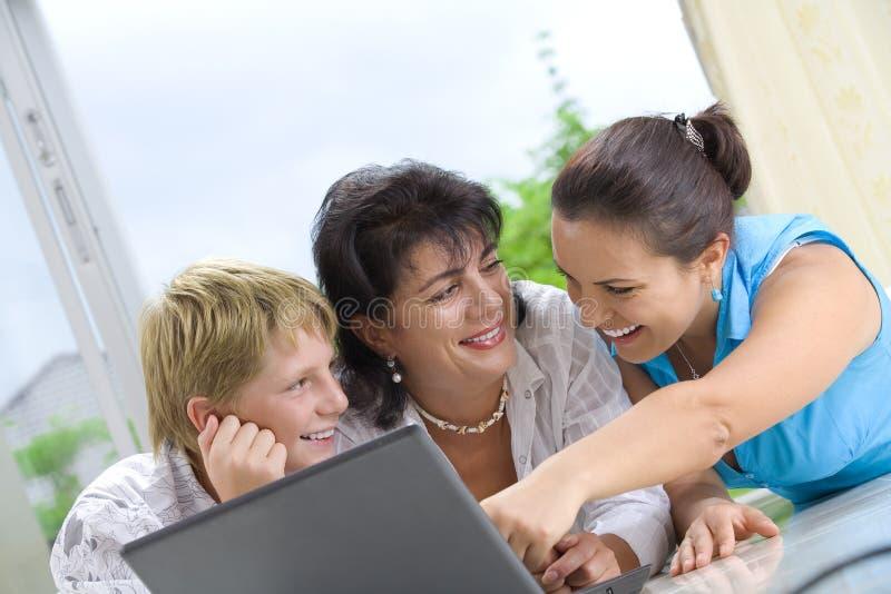 Família e portátil fotografia de stock
