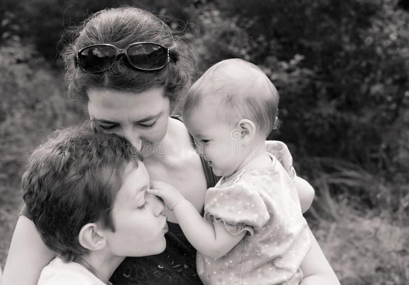 Família em abraço loving imagem de stock royalty free