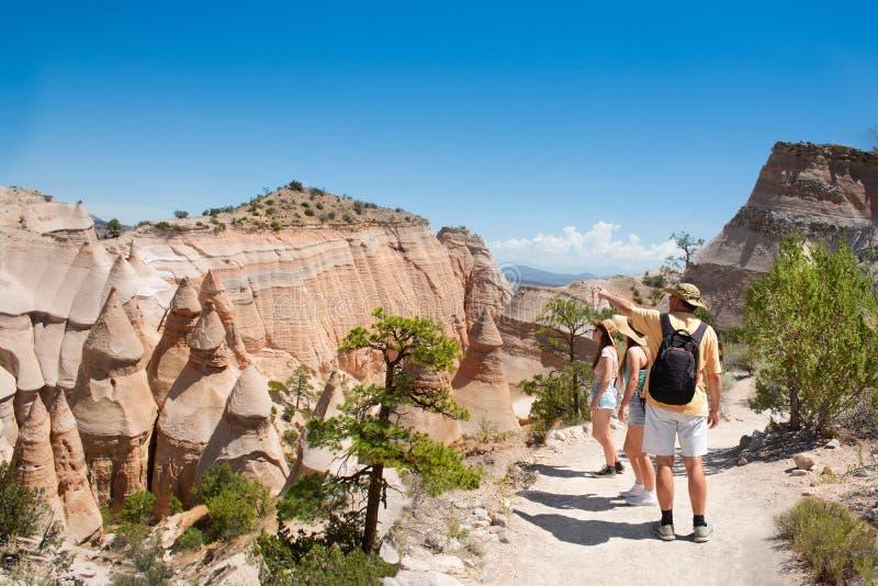 Família em caminhar a viagem em montanhas bonitas fotos de stock