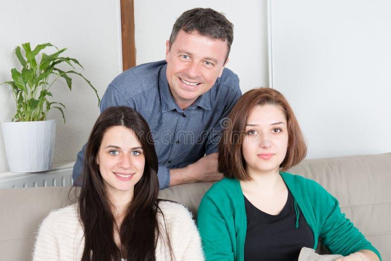 Família em casa duas mulheres e filha e pai da mãe do homem fotos de stock royalty free