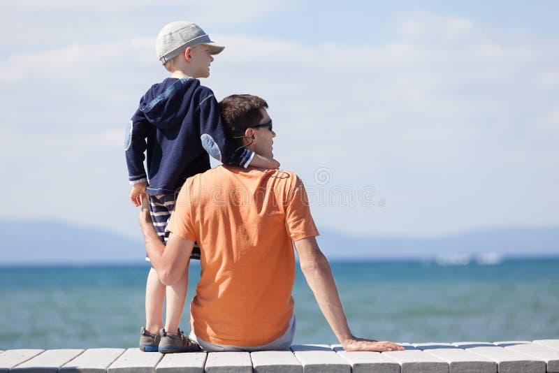 Família em férias do lago imagens de stock royalty free