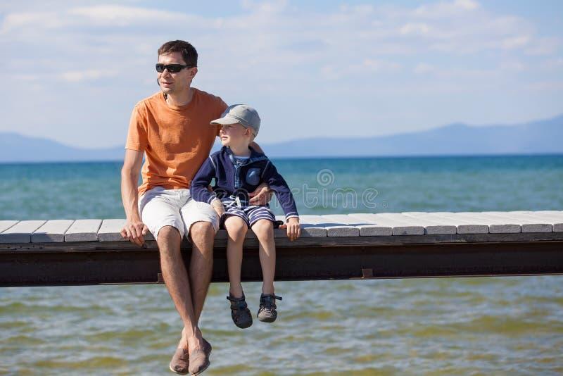 Família em férias do lago imagens de stock