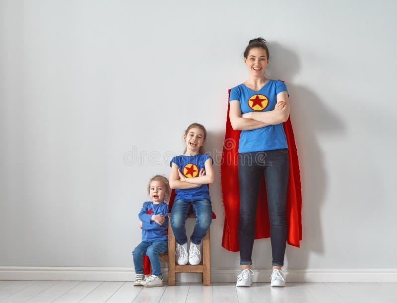 Família em trajes do super-herói imagem de stock