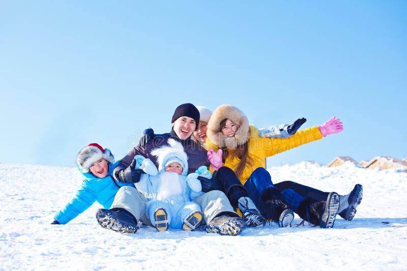 Família em um monte nevado fotos de stock royalty free