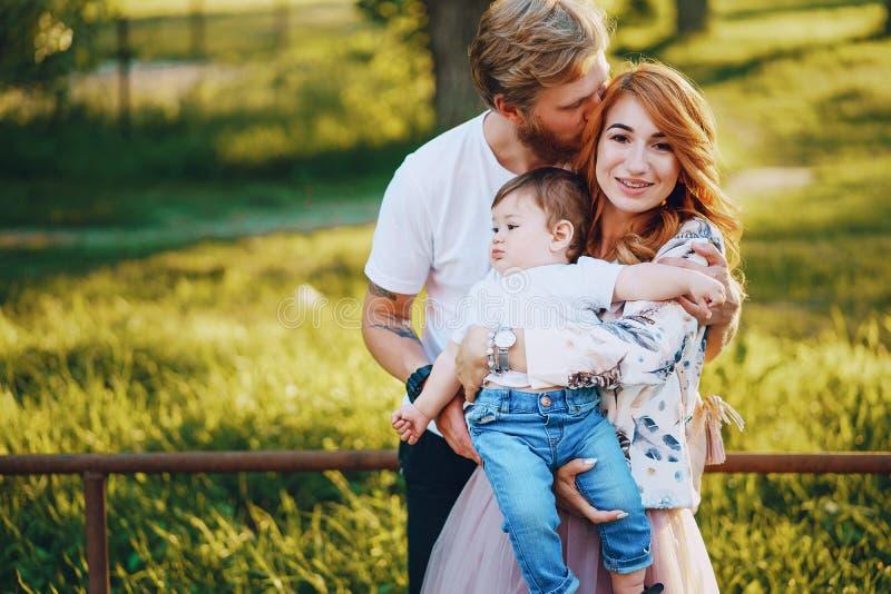 Família em um parque imagens de stock