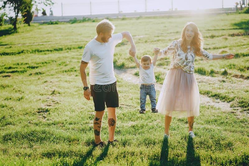 Família em um parque fotos de stock