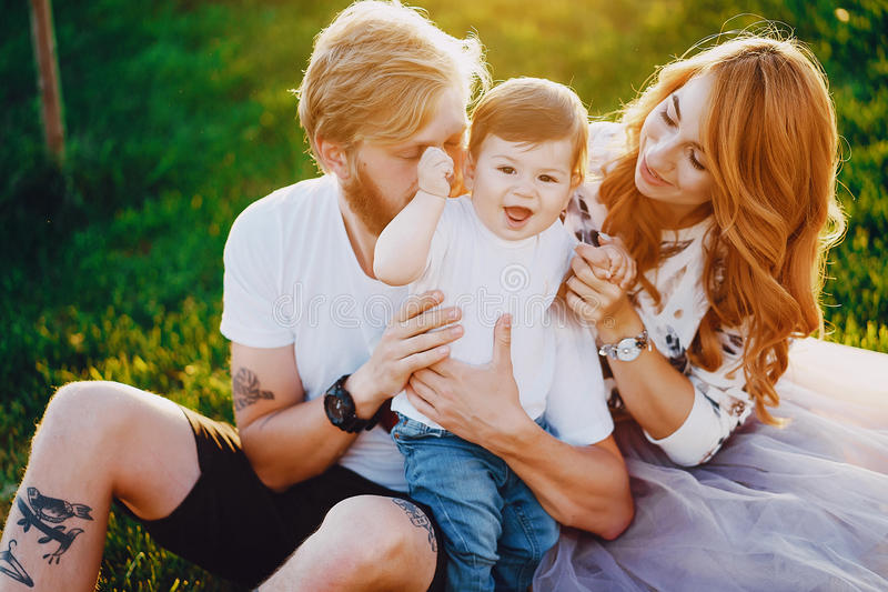 Família em um parque imagens de stock royalty free