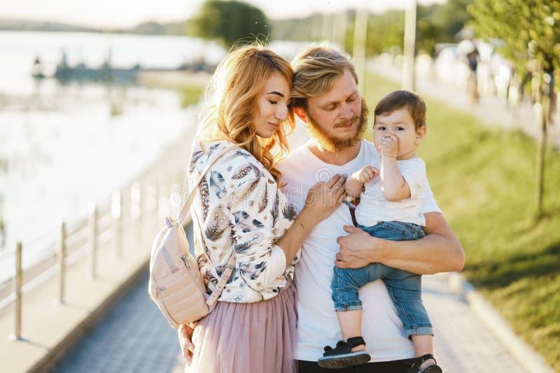 Família em um parque fotografia de stock