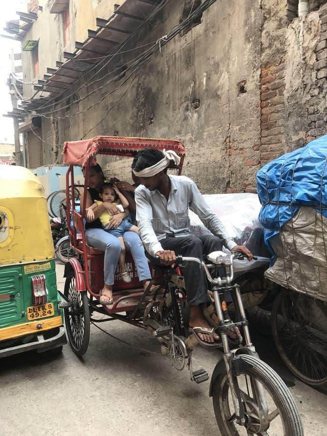 Família em um riquexó em Deli velha imagem de stock