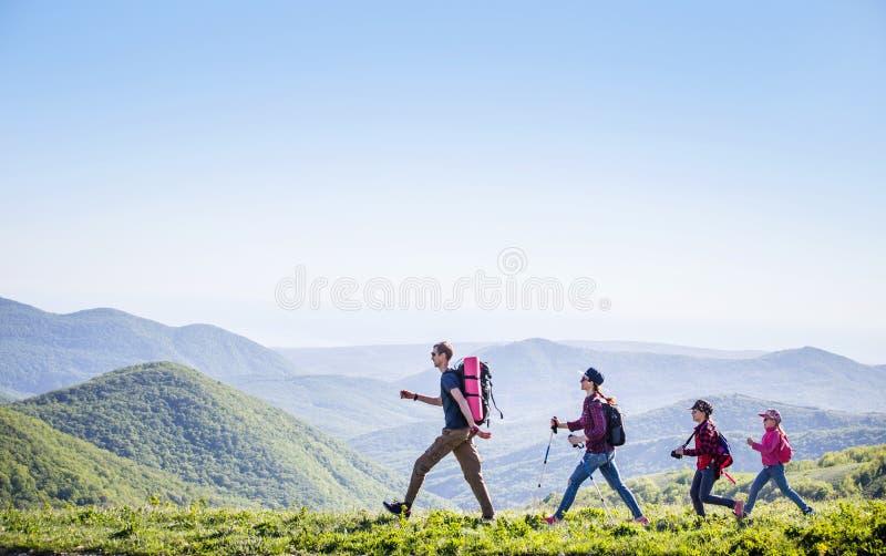 Família em uma caminhada imagens de stock royalty free