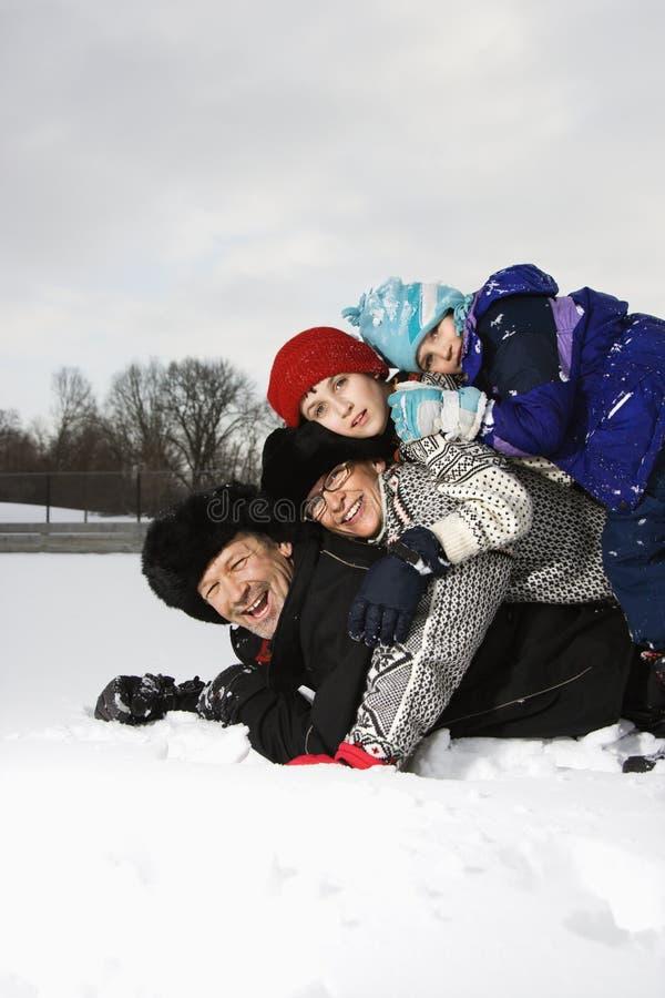 Família empilhada na neve. fotos de stock royalty free