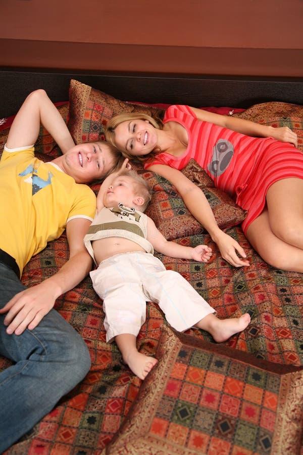 A família encontra-se no tapete vermelho no sofá fotos de stock royalty free