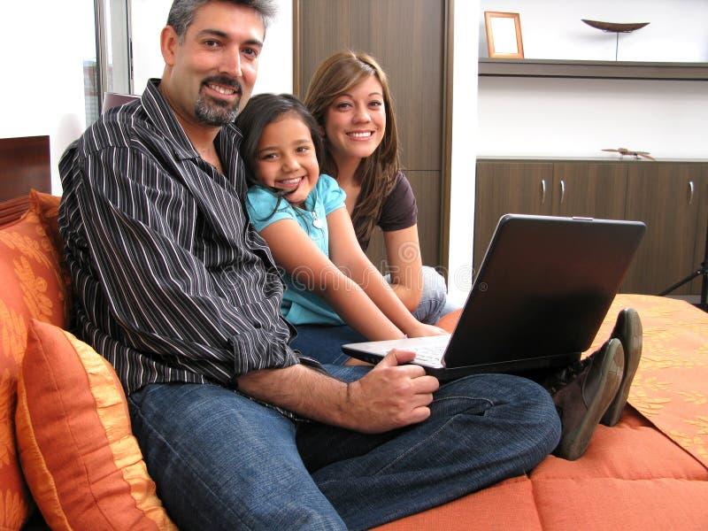Família a encontrar-se no quarto imagem de stock royalty free