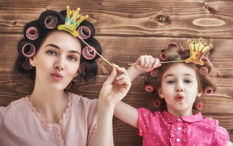 Família engraçada com acessórios de papel fotos de stock royalty free