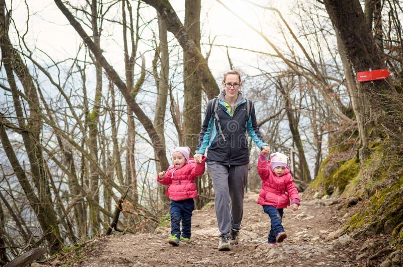 A família está caminhando nas montanhas Recreação da família imagem de stock