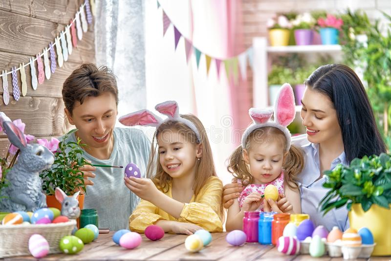 A família está pintando ovos fotos de stock royalty free