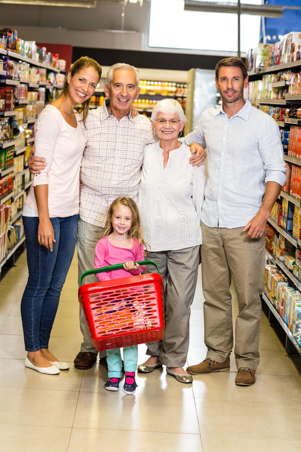 Família extensa de sorriso no supermercado fotografia de stock royalty free