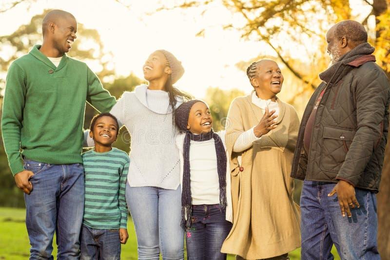 Família extensa que levanta com roupa morna foto de stock