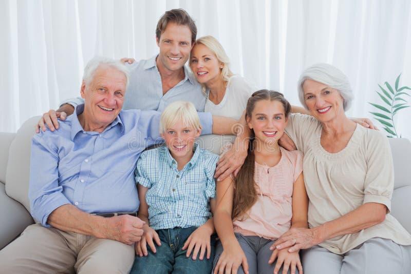 Família extensa que sorri na câmera imagens de stock royalty free