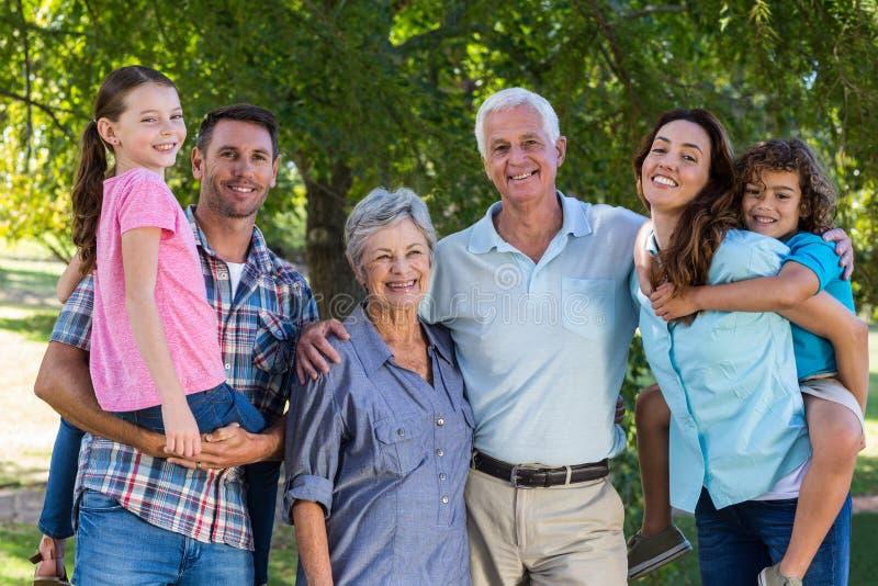 Família extensa que sorri na câmera fotos de stock