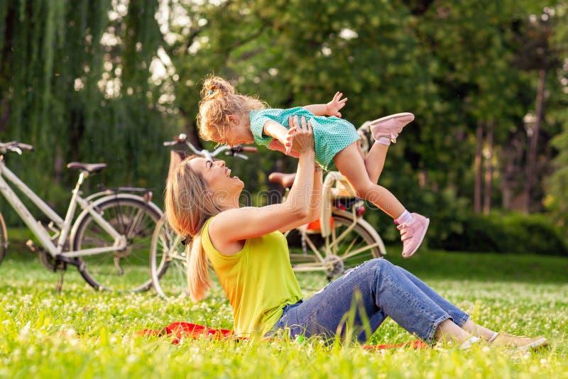 Família, felicidade, infância e conceito dos povos - mãe nova r imagens de stock royalty free